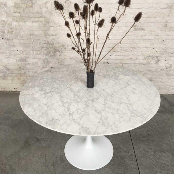 Die Firma vintage shop Antwerp tulip tafel met marmeren blad