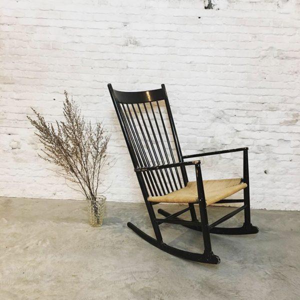 Die Firma vintage shop Antwerp HansJ.Wegner schommelstoel,model J16 gemaakt door FDB Møbler